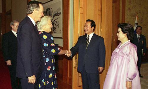 1994.4.16 청와대를 방문한 조지 부시, 바바라 부시 전 미국대통령 내외와 접견하는 모습.jpg